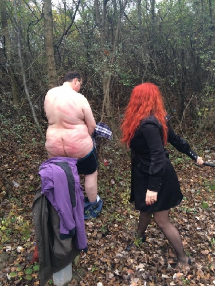 Schmerzsklave erhält Hardcore Outdoor-Session von zwei Domina's