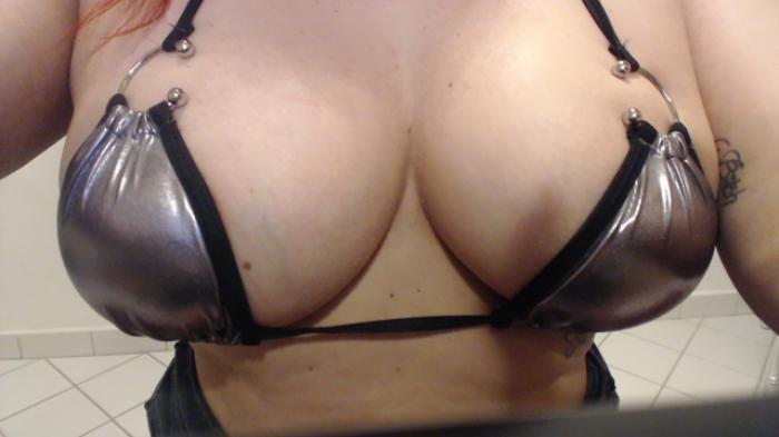 Curvy Mistress im Mini-Bikini