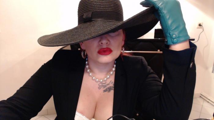 Fetischlady mit Hut & Lederhandschuhen